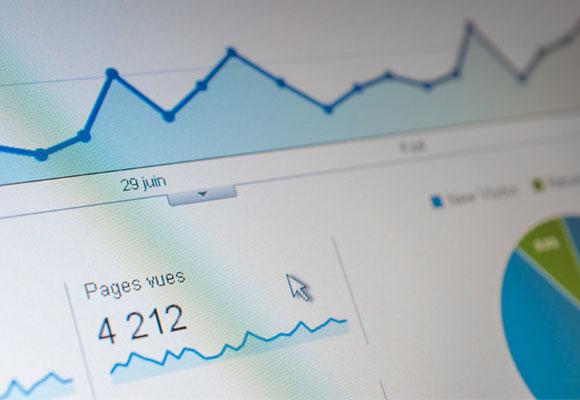 Google Analytics(グーグルアナリティクス)で、ホームページのアクセス解析をしている写真